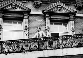 Martin Kippenberger on the balcony of his flat at Friesenplatz, Cologne, 1983. Foto: Wilhelm Schürmann